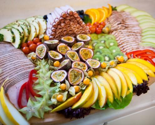 Catering - stor exotisk planka med kalkonkött och många exotiska frukter